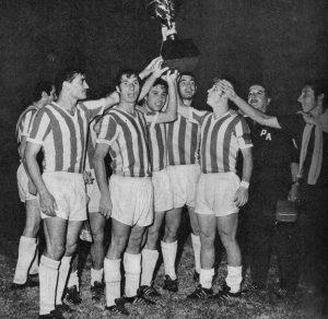 Plantel_de_Estudiantes_de_La_Plata_festejando_la_obtención_de_la_Copa_Interamericana_-_19690221