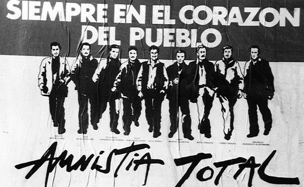 """""""Πάντα στην καρδιά του λαού. Ολική αμνηστία"""" αναφέρει η αφίσα για τα εννέα ηγετικά στελέχη των Τουπαμάρος, που αποφυλακίστηκαν εντέλει το 1985 με την αποκατάσταση της αστικής δημοκρατίας."""